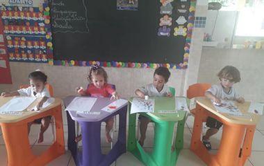 Os alunos do Maternal exploraram outro recurso didático: a pintura com esponjas.